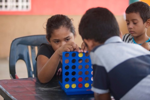 TENOSIQUE, TABASCO, 08JULIO2014.- Infantes de distintas nacionalidades hacen nuevas amistades en La 72 Hogar Refugio para Personas Migrantes. Muchos de estos pequeños llegan tan solo en compañía de la madre, ya que sus padres salieron meses atrás y al no saber nada de ellos intentan localizarlos para reunirse en familia. FOTO: MARCO POLO GUZMÁN HERNÁNDEZ /CUARTOSCURO.COM